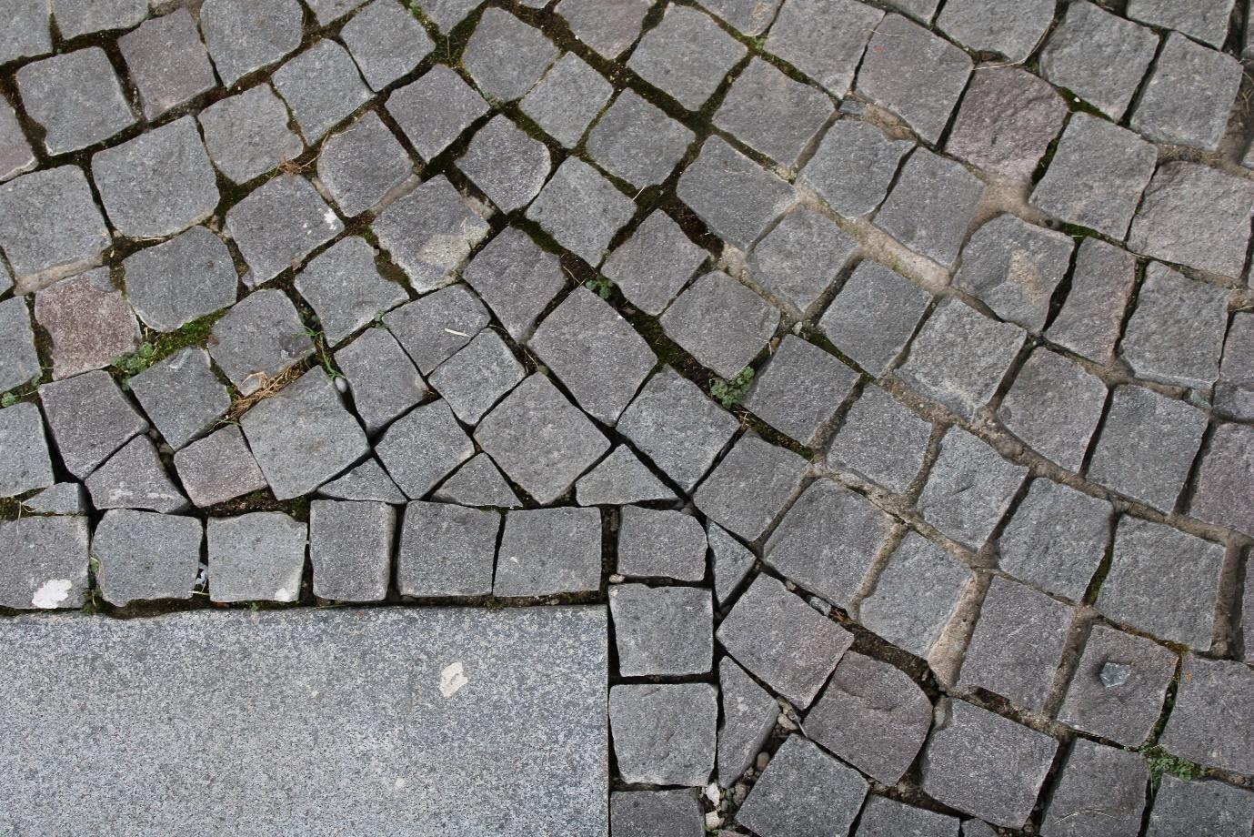 Fie ca are o forma mai bruta sau mai curata, piatra cubica are un farmec aparte si exceleaza prin durabilitate. Sursa foto: arhiva ETAJ4
